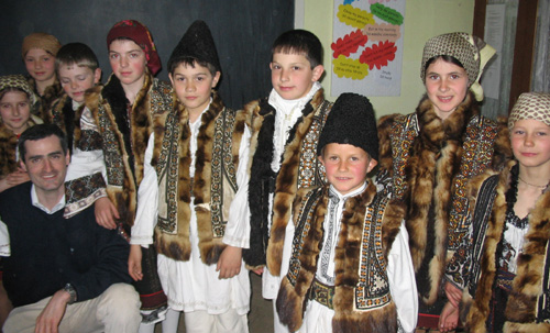 enfants roumains en costume traditionnel
